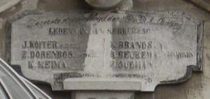 de gedenksteen met linksonder de naam K. Meima