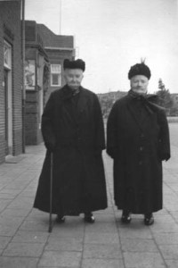 Links opoe Johanna Danhof (de vrouw van de bakker in Winsum-Obergum) en rechts haar zuster Anje